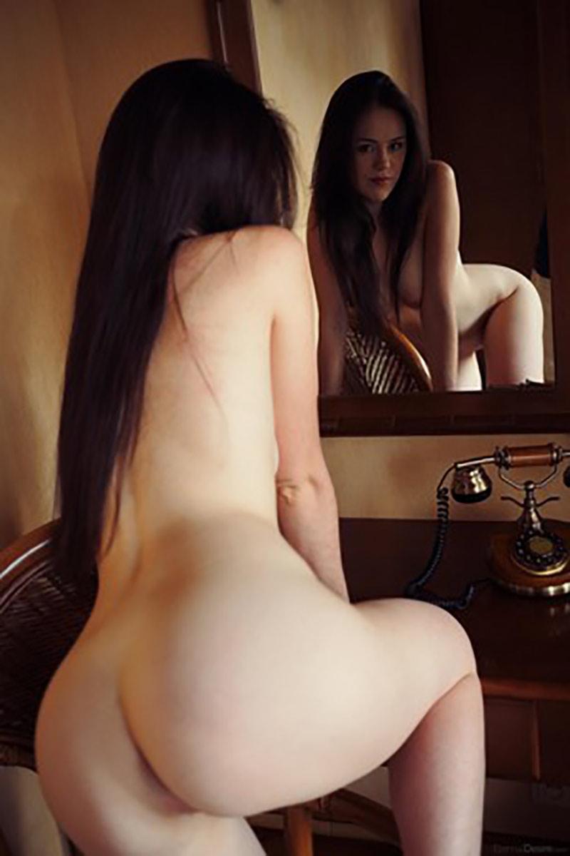 Monica nackt vor dem Spiegel