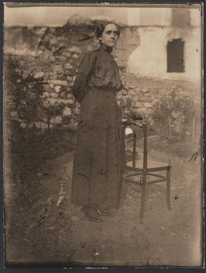Portrait Dame im Garten